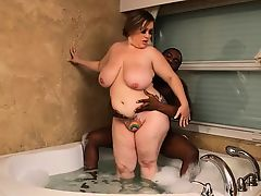 Busty BBW Bunny De La Cruz Fucks Black Cock in Tub