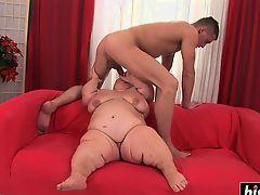 Fat dick pleases a kinky midget